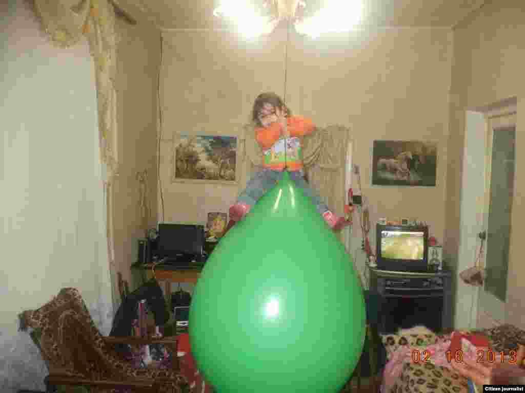 Երկու տարեկան Իզաբելլան` օդում կախված փուչիկի վրա