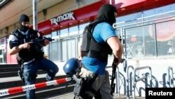 Сотруднирк полиции направляются к кинотеатру, в котором произошла стрельба. Фирнхайм, Германия. 23 июня 2016 г.