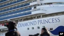 នាវាទេសចរណ៍ Diamond Princess ដែលត្រូវបានដាក់ឲ្យនៅដាច់ដោយឡែក នៅកំពង់ផែយ៉ូកូហាម៉ា ប្រទេសជប៉ុន ដែលមានអ្នកដំណើរនឹងនាវិកសរុប៣៧០០នាក់។
