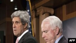 Thượng nghị sĩ McCain (phải) và Thượng nghị sĩ Kerry dự một cuộc họp báo ở thủ đô Washington