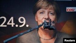 Một tấm poster vận động tranh cử khổng lồ với hình Thủ tướng Đức Angela Merkel ở thành phố Duisburg, Đức, ngày 14 tháng 7, 2017