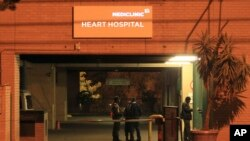 L'entrée de l'hôpital à Prétoria où est hospitalisé l'ancien président sud africain Nelson Mandela. Le 23 juin 2013.