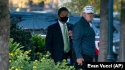Predsednik Donald Tramp po povratku u Belu kuću sa partije golfa