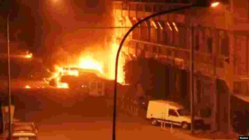 Des véhicules en feu à l'extérieur de l'hôtel Splendid de Ouagadougou, vendredi 15 janvier 2016. (REUTERS/Reuters TV)