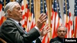 Ben Bradlee (izquierda), y Bob Woodward, con quien trabajó la serie de artículos sobre Watergate, hablan en la Biblioteca Presidencial Richard Nixon en Yorba Linda, California en 2011.