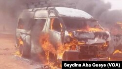 Le bus de la presse incendié, au Sénégal, le 11 fevrier 2019. (VOA/Seydina Aba Gueye)