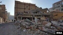 خبرگزاری ایرنا این عکس را از یکی از واحدهای مسکن مهر که در زلزله کرمانشاه تخریب شده، گذاشته. خانه های جدیدی که به نظر می رسد مقاومتی در مقابل زلزله نداشت.