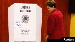 Tổng thống Brazil Dilma Rousseff đến một phòng đầu phiếu ở Port Alegre, 5/10/14