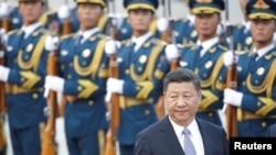 Chủ tịch Trung Quốc Tập Cận Bình và các binh sĩ Trung Quốc.
