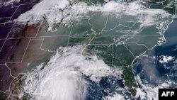 Esta imagen satelital de la Administración Nacional Oceánica y Atmosférica (NOAA) muestra la tormenta tropical Nicholas, frente a la costa del estado estadounidense de Texas a las 13:40 UTC del 13 de septiembre de 2021.