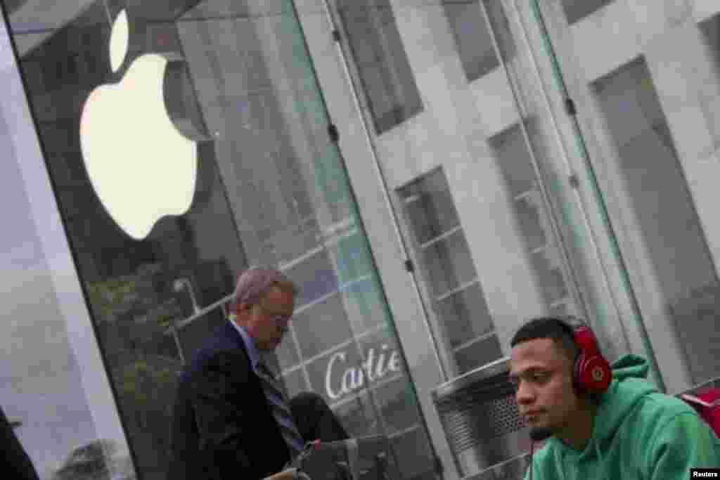 ایک شخص ایپل سٹور کے باہر آئی فون 6 کی رونمائی کا انتظار کر رہا ہے