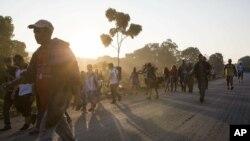 Migrantes centroamericanos se dirigen a Mapastepec, México.