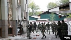 Pasukan khusus Rusia memeriksa lokasi serangan di Chechnya.