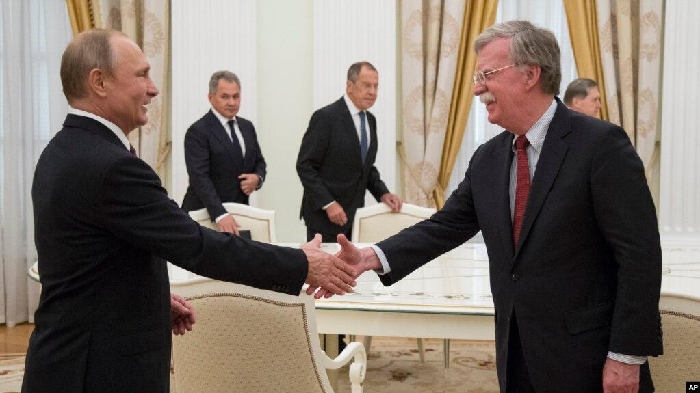 Bolton në Moskë për takimin e ardhshëm Trump-Putin