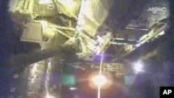Los astronautas que habitan la Estación Espacial Internacional iniciaron el viernes una serie extraordinariamente complicada de caminatas espaciales para corregir fallas en un detector de rayos cósmicos.