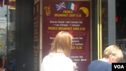 Britishisms in Paris. A breakfast menu at a French restaurant is replete with samples. (L. Bryant/VOA)