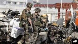 Binh sĩ Pháp tại hiện trường vụ đánh bom tự sát ở Kabul, ngày 18/9/2012