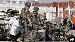 Tentara Perancis tiba di tempat pengeboman bunuh diri di Kabul, Afghanistan. (AP)
