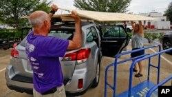 Irma Kasırgası gelmeden araçlarını güvenceye almaya çalışan Floridalı çift