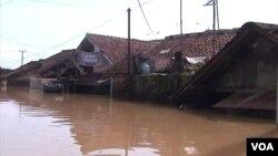 Banjir setinggi tiga meter merendam kawasan permukiman penduduk di Kecamatan Bale Endah Kabupaten Bandung (foto: VOA/R. Teja Wulan).