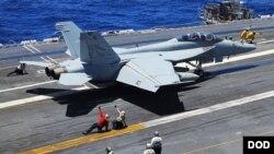 Chiến đấu cơ F / A-18F Super Hornet cất cánh từ boong tàu sân bay USS Ronald Reagan. (Ảnh của Hải quân Mỹ).
