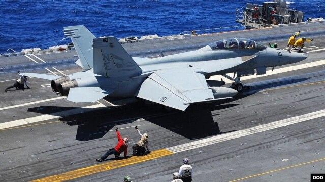 Thủy thủ Mỹ khởi động một chiến đấu cơ Super Hornet F/A-18F trên boong tàu sân bay USS Ronald Reagan (CVN 76).