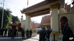 Petugas keamanan menjaga Mahkamah Agung yang sedang bersidang untuk membubarkan partai oposisi utama Kamboja, National Rescue Party (CNRP) di Phnom Penh, Kamboja, 16 November 2017.