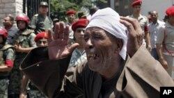 7일 이집트에서 최근 폭력 사태로 희생된 군인 16명의 장례식이 열린 가운데, 오열하는 유족.