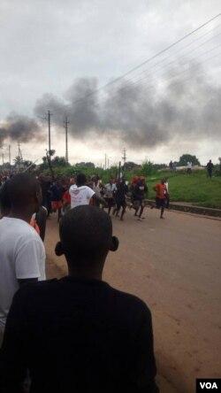 Des habitants en colère après un assassinat, à Lubumbashi, en RDC, le 6 mars 2018. (VOA/Narval Mabila)