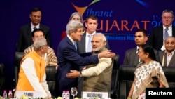 印度总理莫迪和美国国务卿克里在印度古吉拉特工业区举行的峰会上握手之后(2015年1月11日)