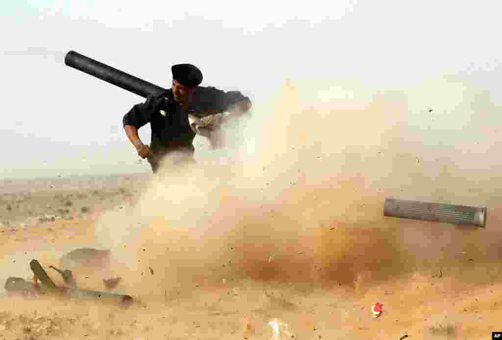A rebel fighter fires a cannon during a battle near Ras Lanuf, March 04, 2011. (Reuters Image)