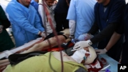 Ο ελληνοαμερικανός Κρις Χόνδρος κατά την μεταφορά του στο νοσοκομείο