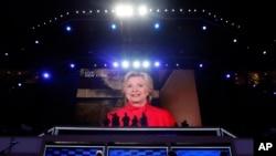 人在紐約的希拉里突然透過視像連線現身黨代會﹐說她的提名為那玻璃天花版衝出了最大的一道裂縫。