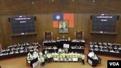 民进党院会表诉求(美国之音申华拍摄)