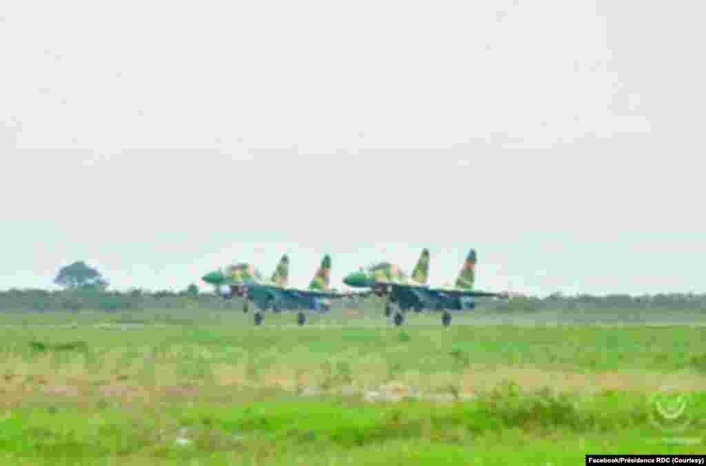 Mpepo mibale Soukhoï 30 K ya mampinga ma Angola (FAA) ezali kopumbuka ma Kinshasa, RDC, 20 novembre 2020. (Présidence RDC)
