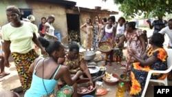 Des femmes de la communauté baoulé préparent de la nourriture lors des célébrations dans le village d'Assounvoue, à 40 kilomètres de Yamoussoukro, au centre de la Côte d'Ivoire, le 1er avril 2018.