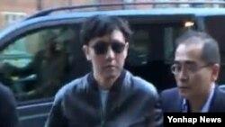 북한 김정은 제1국방위워장의 친형 김정철(오른쪽에서 두번째)이 에릭 클랩튼의 공연을 보기 위해 20일 영국 런던 로열 앨버트 홀에 모습을 드러냈다. 사진=TBS 영상 캡처.