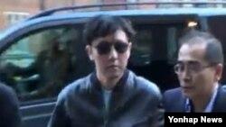 북한 김정은 제1국방위워장의 친형 김정철(왼쪽)이 에릭 클랩튼의 공연을 보기 위해 영국 런던 로열 앨버트 홀에 모습을 드러냈다.