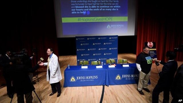 Dorry Segev (trái) và Morris Murray, người được ghép gan trước đó, được hỏi về việc cấy ghép gan nhiễm HIV đầu tiên trên thế giới sau một cuộc họp báo tại bệnh viện Johns Hopkins, ngày 30 tháng 3 năm 2016 ở Baltimore.