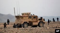 美军和阿富汗军队的士兵在阿富汗东部的喀布尔省附近。