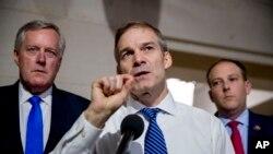 Конгрессмен-республиканец Джим Джордан дает комментарий в здании Конгресса (архивное фото)