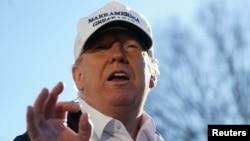 Prezidan ameriken an, Donald Trump pandan li tap pale ak repòtè yo nan Lamezon Blanch avan li te pati pou Tekzas kote li ta pral vizite fwontyè Etazini pataje ak Meksik. Foto:19 janvye 2010. REUTERS/Carlos Barria, 19 janvye 2010.