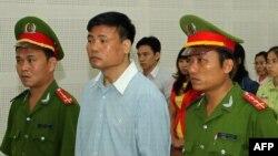 Blogger Trương Duy Nhất bị tuyên án 2 năm tù theo điều 258 Bộ Luật Hình Sự hôm 4/3 sau hơn 9 tháng bị giam giữ.