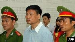 Blogger Trương Duy Nhất, chủ nhân trang blog Một Góc Nhìn Khác, bị tuyên án 2 năm tù theo điều 258 Bộ Luật Hình Sự hôm 4/3 sau hơn 9 tháng bị giam giữ.