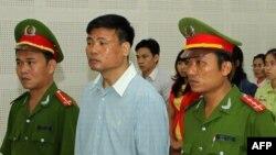 Blogger Truong Duy Nhat (tengah) saat menghadiri sidang di pengadilan kota Da Nang, Vietnam (4/3).