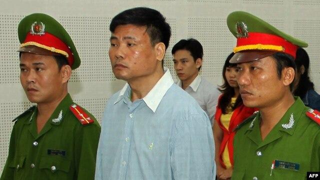 Blogger Trương Duy Nhất trong phiên xử tại Tòa án Nhân dân TP Đà Nẵng, ngày 4/3/2014.