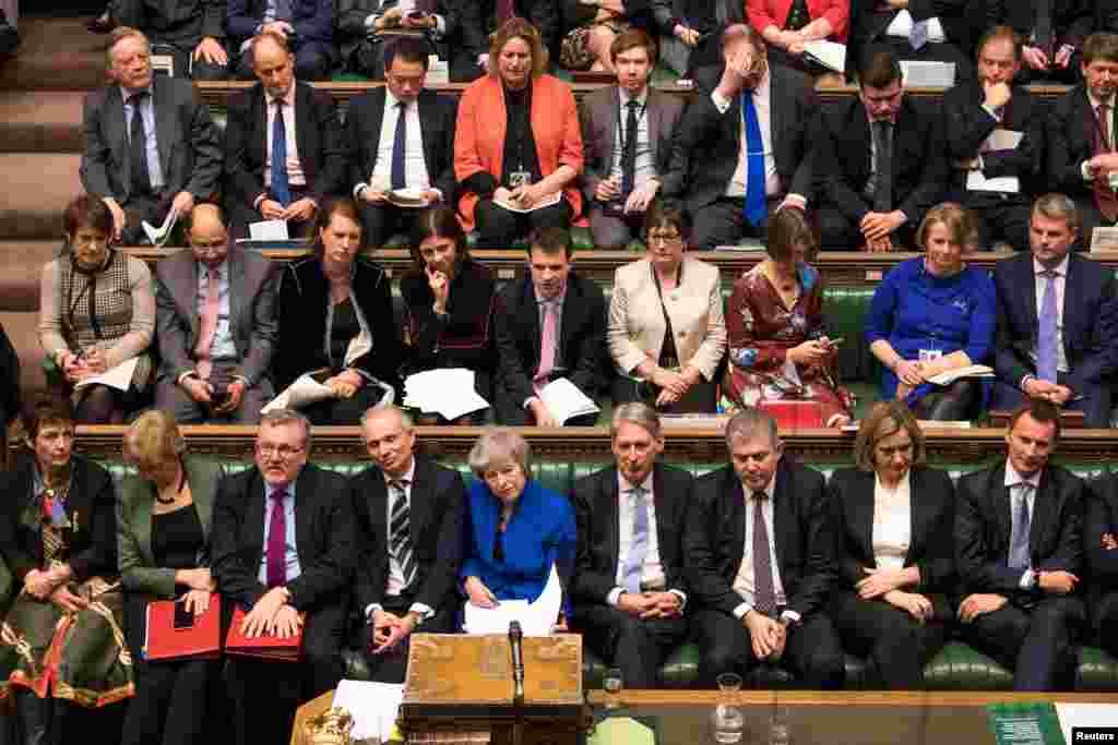 بعد از اینکه طرح خانم می در پارلمان رای نیاورد، او با خطر رای اعتماد در پارلمان مواجه شد.