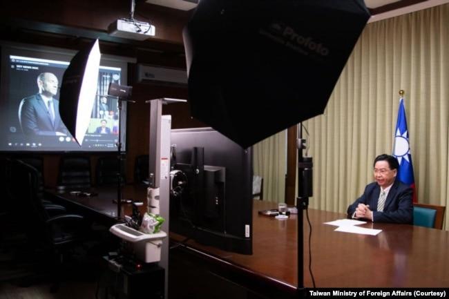 2021年4月28日台灣外交部長吳釗燮接受英國天空電視台駐北京亞洲記者Tom Cheshire的視頻專訪。 (圖片來自台灣外交部網站)