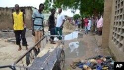 Warga berkumpul di sekitar lokasi ledakan di Maiduguri, Nigeria, Senin (21/9).
