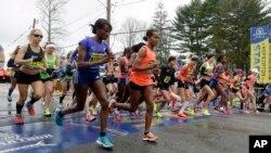 Runners cross the start line in the women's division of Boston Marathon Monday, April 20, 2015 in Hopkinton, Mass. (AP Photo/Stephan Savoia)